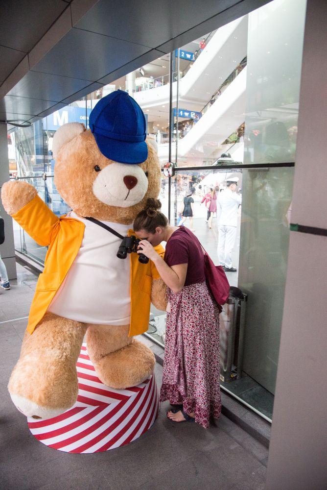 Jenni mit Teddy in Bangkok