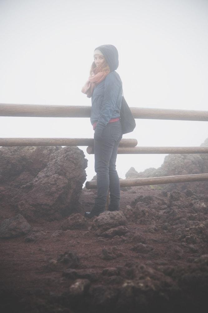 Der Vesuv umgeben von Nebel und Regen