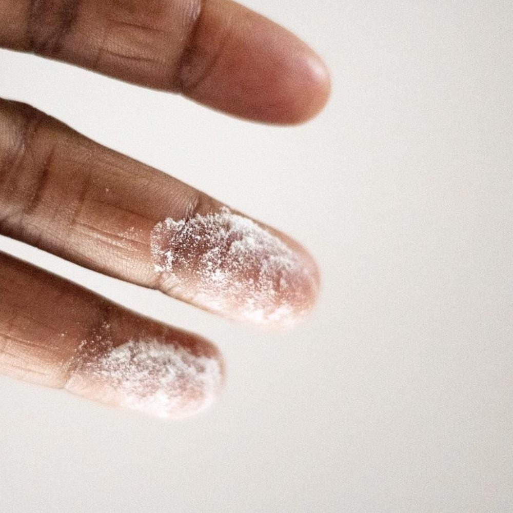 Mehlstaub auf dem Finger