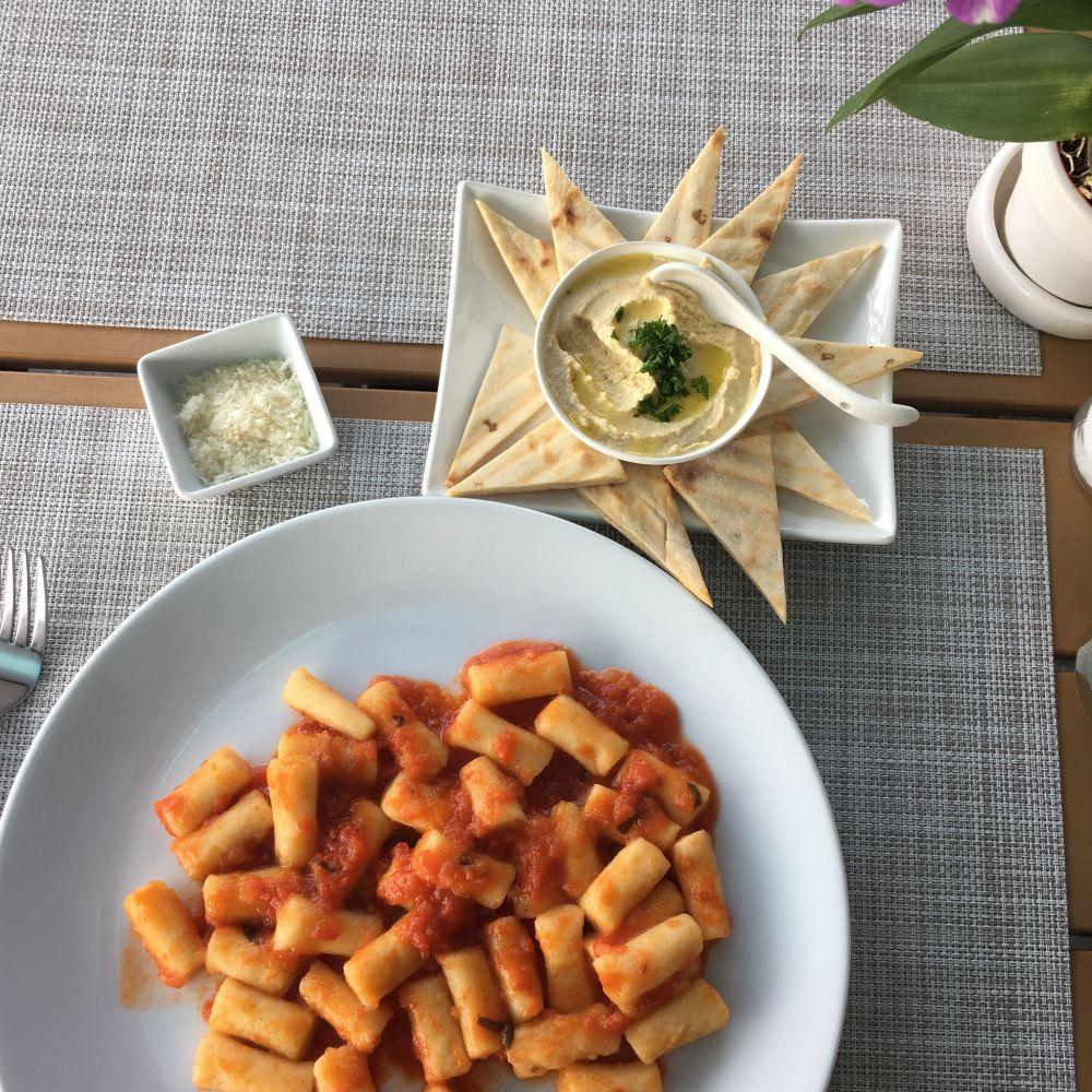 Nach und nach koste ich mich durch die Speisekarte: Diesmal selbstgemachte Gnocchi mit Pitabrot und Humus.