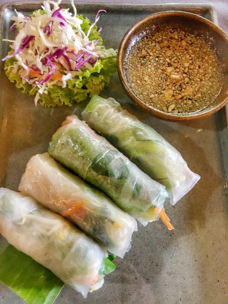Sommerrollen stehen bei mir in Kambodscha fast jeden Tag am Speiseplan. Die Sauce lasse ich weg.