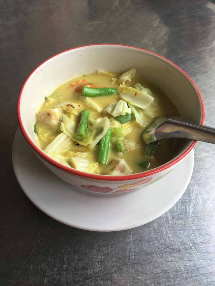Yellow Thai Curry, vegetarisch & glutenfrei. Dazu gibt's gekochten Reis.