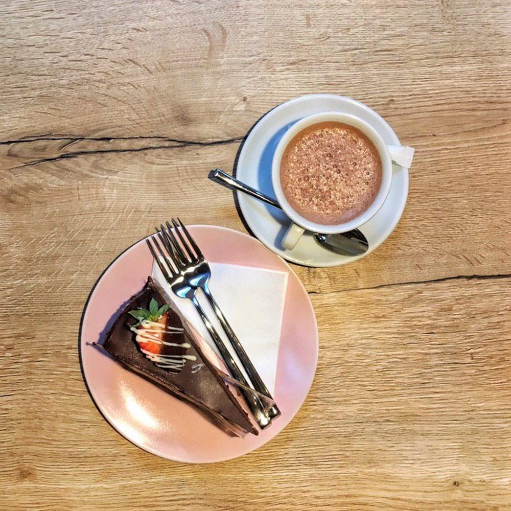 Sachertorte und eine heiße Schokolade - himmlisch lecker!