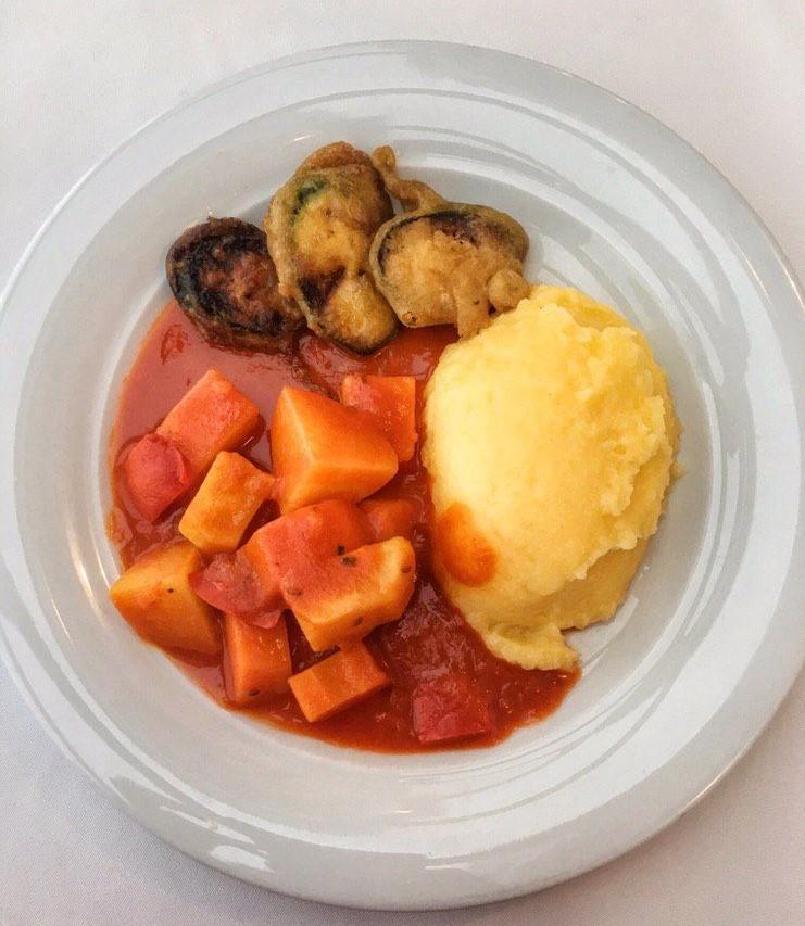 Als Hauptspeise gibt es Gulasch mit Polenta und gebackenen Zucchini